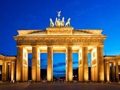 La Porta di Brandeburgo (in tedesco Brandenburger Tor) è una porta in stile