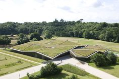 The new Historial de la Vendée museum, located in the vicinity of the village of Les Lucs-sur-Boulogne and nestling in the undulating landscape, offers an impression of the region's eventful history from prehistoric times to the century. Architecture Durable, Architecture Design, Green Architecture, Sustainable Architecture, Contemporary Architecture, Landscape Architecture, Residential Architecture, Urban Landscape, Landscape Design