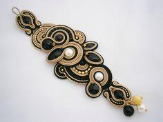 Schwarz und Gold Soutache-Armband von AllushkaSoutache auf Etsy https://www.etsy.com/de/listing/162049256/schwarz-und-gold-soutache-armband