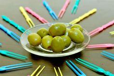 ***Propiedades de las Aceitunas Verdes*** A continuación, te damos una lista de propiedades y beneficios de consumir aceitunas, y algunas ideas para disfrutarlas sin que pierdan sus bondades.....SIGUE LEYENDO EN..... http://comohacerpara.com/propiedades-de-las-aceitunas-verdes_12624a.html