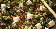 Składniki: - 2/3 szklanki kaszy pęczak - 200g świeżego szpinaku - 2 ząbki czosnku - 1/2 słoiczka suszonych pomidorów w oleju - 1/2 łyże... Cobb Salad, Feta, Recipes
