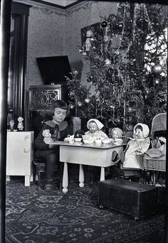 Black and white christmas tree photography vintage photos 56 ideas Vintage Christmas Photos, Antique Christmas, Retro Christmas, Vintage Holiday, Christmas Pictures, Primitive Christmas, Country Christmas, Old Time Christmas, Old Fashioned Christmas