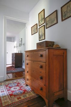 A Light-Filled 1772 Colonial House in Rhode Island - Marin Youhouse Lee Small House Interior Design, House Design, Rhode Island, Hygge, Colonial Home Decor, Modern Colonial, Primitive Homes, Home Decor Furniture, Pine Furniture