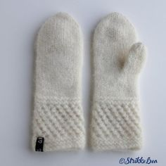 spildravotten-hvit Knitted Gloves, Knitting Socks, Knit Socks, Different Textures, Catsuit, Mittens, Winter Outfits, Diy And Crafts, Barn