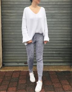 Jogger pants outfit, women joggers outfit, jogger pants style, sweatpants s Sweatpants Outfit Lazy, Jogger Pants Outfit, Jogger Pants Style, Sweatpants Style, Cute Outfits With Jeans, Cute Lazy Outfits, Cute Outfits For School, Casual Outfits, Winter Outfits For Girls