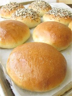 Countdown to summer: Beautiful Burger Buns - Flourish - King Arthur Flour Homemade Hamburger Buns, Hamburger Bun Recipe, Homemade Hamburgers, Perfect Hamburger, Homemade Buns, Bread Bun, Bread Rolls, Bread Recipes, Cooking Recipes
