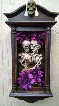This is creepy but actually kind of cute for a Halloween shadow box. I'd use less flowers and more cobwebs, spiders etc! Halloween Prop, Casa Halloween, Holidays Halloween, Halloween Crafts, Halloween Decorations, Halloween Shadow Box, Halloween Wall Decor, Skeleton Decorations, Halloween Forum