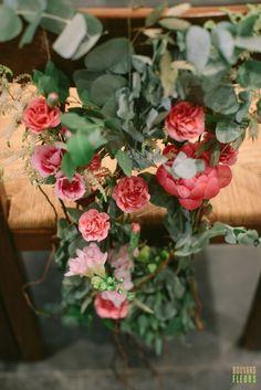 Dossier de chaise des mariés champêtre et volubile avec: Eucalyptus, rose ancienne, pivoine et freesia Eucalyptus, Marie, Floral Wreath, Wreaths, Rose, Home Decor, Peony, Chair, Flowers