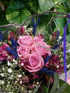 Un ram de roses roses amb lavanda