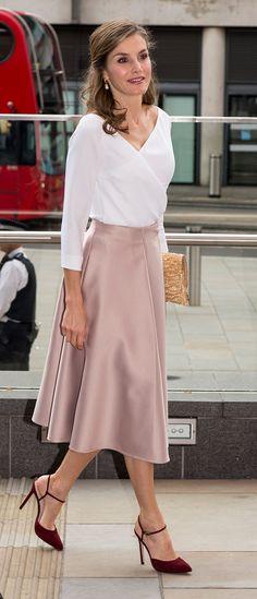 Fecha: 14 de julio de 2017 Su último look: Doña Letizia elige la silueta lady con falda tableada de la firma inglesa Topshop en tono nude y escote wrap. Zaptos de Lodi.