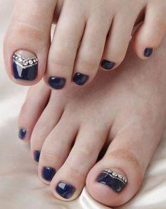nail art facile pour les ongles des pieds - vernis noir, base nude et strass