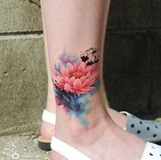 Obsessing over the detail of this watercolor flower tattoo.