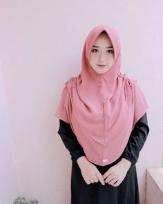 Gambar mungkin berisi: 1 orang, berdiri Hijab Niqab, Hijab Chic, Mode Hijab, Muslim Fashion, Hijab Fashion, Fashion Outfits, Womens Fashion, Hijab Style Dress, Hijab Tutorial