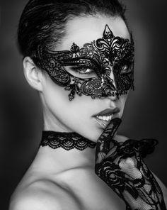 Co z tego, że maska ukrywa nas przed wzrokiem innych , skoro nam samym nieraz zasłania oczy... :)