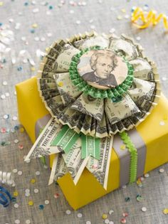 The most creative money gift tutorials for cash gifts and gifting money. You'll love these creative ways to wrap cash for great monetary gifts. Homemade Gifts, Diy Gifts, Unique Gifts, Don D'argent, Creative Money Gifts, Gift Money, Creative Ideas, Money Lei, Money Gifting