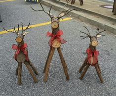 Log Reindeer Christmas Tree Lots, Noel Christmas, Outdoor Christmas Decorations, Rustic Christmas, Christmas Ornaments, Wood Reindeer, Reindeer Craft, Christmas Projects, Holiday Crafts