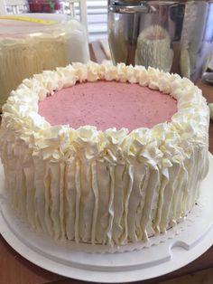 Liian hyvää: Kesäjuhlien mansikkamoussekakku noin 50 hengelle (gluteeniton ja laktoositon) Cute Cakes, Macarons, Tiramisu, Cupcake Cakes, Deserts, Strawberry, Food And Drink, Sweets, Baking
