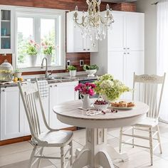 """WHITEWASHED tabletop ; CHIPPY chairs ; DISTRESSED base - love the versatility of @homesteadhouse milk paint in the color """"Limestone"""". Details up on the blog. Link in profile (search """"cottage style"""". . . #peinturedelait #homesteadhousemilkpaint #homesteadhouse #white #cottagestyle #kitchendecor #chippypaint #distressedpaint #whitewash #plankedwalls #summerkitchen"""