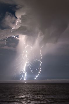 ☀Lightning in the SF Bay Area is pretty rare; it happens maybe once a year. Lightning on the Pacific Ocean ~ By Alan Grinberg