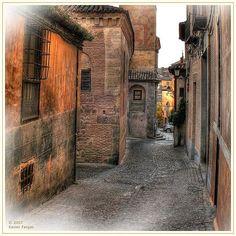 Loved these little streets ~ Toledo, Spain http://www.newworldeconomics.com/archives/2010/013110_files/toledo2.jpg