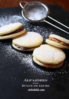 Alfajores, buttery sugar cookies sandwiched with dulce de leche Desserts To Make, Delicious Desserts, Yummy Food, Mexican Food Recipes, Dessert Recipes, Peruvian Recipes, Comida Latina, Bakery Cafe, Yummy Cookies