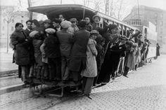 1910. El tranvía de Zaragoza lleno de gente en el primer tercio del siglo XX. Foto de Martín Chivite