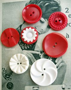 boutons vintage rouge blanc x7 de Coco Supplies - boutons originaux, boutons vintage, applique crochet, étiquette cadeau, étiquettes américaine, mini épingles sur DaWanda.com