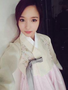 She's really beautiful when she wear that. South Korean Girls, Korean Girl Groups, Sana Momo, Twice Kpop, Myoui Mina, Japanese American, Dance The Night Away, One In A Million, Korean Beauty