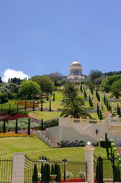 Hanging Gardens of Haifa - Bat Gallin, Hefa - Israel - Jardins do Templo da Fé Bahain em Haifa Beautiful Places To Visit, Great Places, Baha I Faith, Haifa Israel, Naher Osten, Israel Palestine, Destinations, Formal Gardens, Holy Land