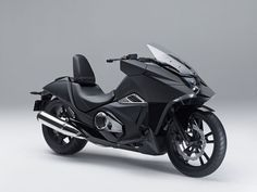 DieHonda NM4 Vultus wirkt extrem futuristisch und erinnert durchaus an die furiosen Bikes von Comic Helden der Zukunft.Der markante Look der außergewöhnlichen Maschine soll eine neue und jüngere ...