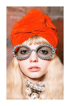 The complete Gucci Pre-Fall 2019 fashion show now on Vogue Runway. Round Lens Sunglasses, Gucci Sunglasses, Cat Eye Sunglasses, Sunglasses Women, Vintage Sunglasses, Womens Fashion Online, Latest Fashion For Women, Look Fashion, Fashion Show