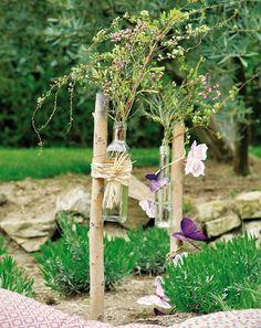 Sehe dir das Foto von Pusteblume mit dem Titel Flaschenvasen an Ästen befestigt. Schön für den Garten und andere inspirierende Bilder auf Spaaz.de an.