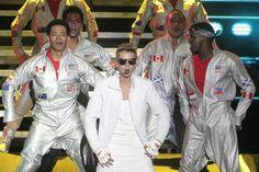 """Ainda falta mais de um mês para a"""" Purpose World Tour"""" chegar ao Brasil: Justin Bieber se apresenta no Rio de Janeiro no dia 29 de março e, em São Paulo, em 1º e 2 de abril. Na capital fluminense, os fãs já esperam ansiosos em uma fila formada do lado de fora do Sambódromo, no"""