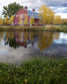 Big red barns and pretty ponds are country staples. Bonus for those who get to view both at the same time! Country Barns, Country Life, Country Living, Country Roads, Farm Barn, Old Farm, Cabana, Big Red Barn, Barn Pictures