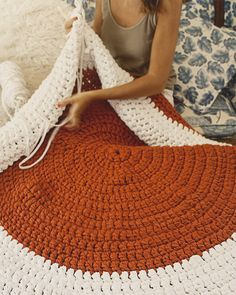 Crochet Mat, Crochet Carpet, Love Crochet, Yarn Organization, Diy Organisation, Crochet Projects, Sewing Projects, Crochet Home Decor, T Shirt Yarn