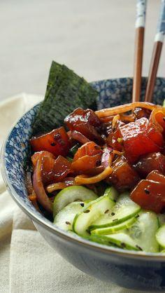 Poke é aquele prato havaiano delicioso composto de peixe cru (nesse caso tem atum), sunomono, tomatinho cereja, alga, avocado e gohan. Delícia leve e fresquinha que eu to apaixô.