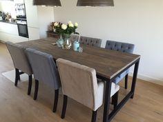 Gecapitonneerde eetkamerstoelen, gestoffeerd in een luxe stof. Al onze meubels zijn Nederlands fabricaat én volledig op maat te maken! Kijkt u voor meer informatie op onze website: www.bankstyle.nl