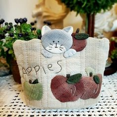 Patchwork Bags, Quilted Bag, Japanese Bag, Baby Girl Sweaters, Diy Bags Purses, Baby Sewing Projects, Colorful Quilts, Cat Quilt, Animal Quilts