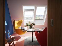 Modernes Wohnzimmer mit viel Tageslicht und frischer Luft durch ...