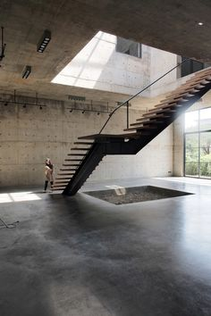 studio ASWA has placed a four-storey atrium with a huge gridded skylight at the centre of this concrete art gallery and studio in Bangkok. Amazing Architecture, Contemporary Architecture, Interior Architecture, Cultural Architecture, Interior Modern, Atrium, Stair Art, Concrete Interiors, Timber Structure