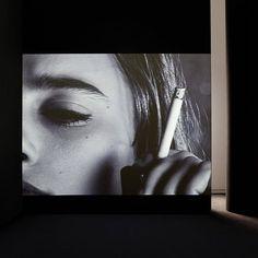 Es gibt eine sehr coole und neue Ausstellung in München! Alles auf meinem Blog: photopraline.com  @fondationlv @louisvuitton  #espace #fondationlouisvuitton #fondationlv #louisvuitton #espacelouisvuitton #maximilianstrasse #München #Kunst #Art #chantalakerman #annettemessager #videoinstallation #Ausstellung #Museum #still #rauchen #Zigarette #kunstblog #munich by photopraline