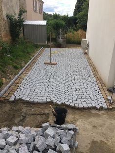 Home Discover Laying granite paving stones from Portugal. Stone Driveway, Driveway Design, Paver Walkway, Driveway Landscaping, Landscape Design, Garden Design, Granite Paving, Paving Ideas, Paving Stones