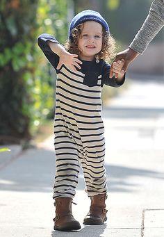 Modische Minis: Im maritim-gestreiften Jumpsuit wagt Skyler ein Tänzchen auf den Straßen von Beverly Hills.
