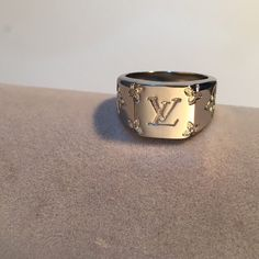 Sterling Silver Unisex Louis Vuitton Ring, Size for a me - Depop Accesorios Louis Vuitton, Bijoux Louis Vuitton, Cute Jewelry, Jewelry Accessories, Women Accessories, Grunge Jewelry, Sterling Silver Mens Rings, Accesorios Casual, Ring Necklace