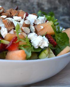 FRISK SALAT MED MELON, JORDBÆR, FETA, SQUASH OG MANDLER Easy Salad Recipes, Baby Food Recipes, Cooking Recipes, Healthy Recipes, Healthy Foods, A Food, Good Food, Food And Drink, Cottage Cheese Salad