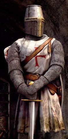 Caballero templario con armadura de malla completa, yelmo y sobrevesta.