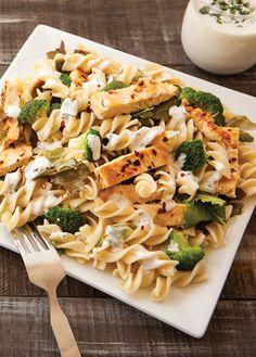 Receta de ensalada de tornillo con pechuga asada. Aprende a preparar estas sencilla ensalada, la pechuga asada que la acompaña le da un toque delicioso.