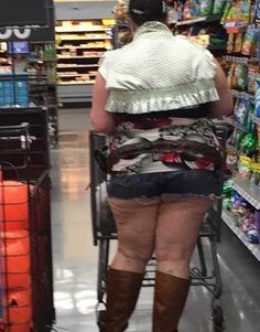 A tribute to the hilarious People of Walmart who frequent America's melting pot. Check out the 40 creepy people of Walmart Photos that are on another level. - Page 6 of 8 Walmart Funny, Only At Walmart, People Of Walmart, Walmart Customers, Walmart Shoppers, Walmart Stores, Walmart Pictures, Funny People Pictures, Crazy Pictures