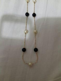 collar oro laminado y perlas negra y blanca, entrega dos dias RD$1,950.00