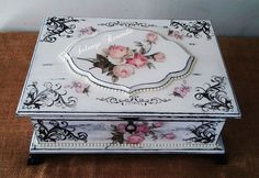 Altered Cigar Boxes, Craft Projects, Projects To Try, Decoupage Box, Antique Boxes, Pretty Box, Jewellery Boxes, Painting On Wood, Tole Painting